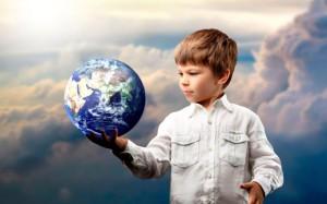 Мальчик держит Землю